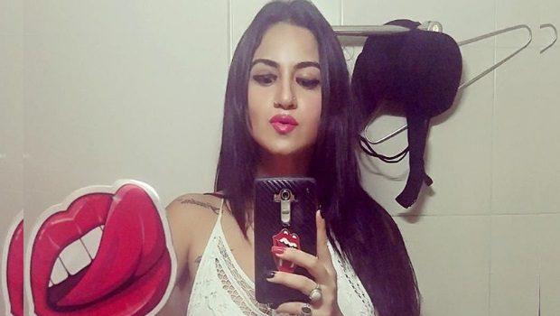 अदाकारा प्रिया मलिक ने ब्रा उतारकर ली सेल्फी, जानिए! क्यों?