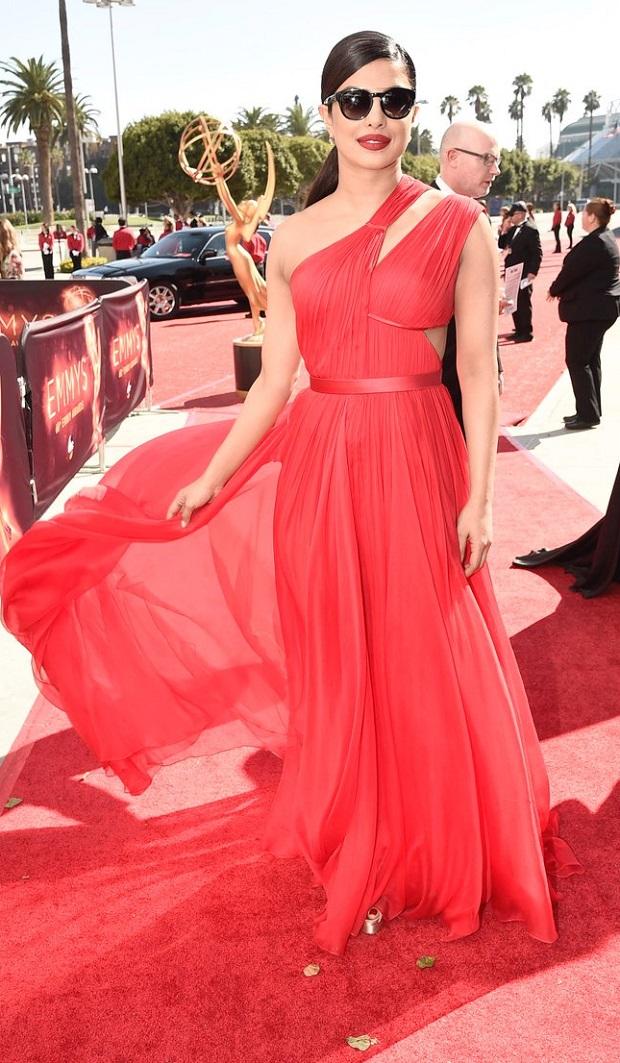 Emmys 2016 : लाल परिधान में छा गईं Gorgeous प्रियंका चोपड़ा