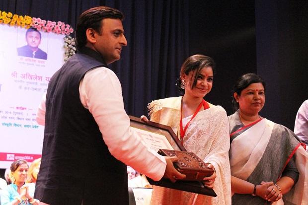 मिस गुलाटी उर्फ सुमोना चक्रवर्ती यश भारती पुरस्कार से सम्मानित