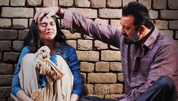 Movie Review! संजय दत्त भूमि फिल्म पिंक से एक कदम आगे जाकर खड़ी होती है