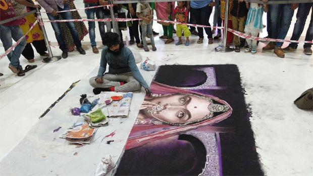 जय श्रीराम के जयकारों के बीच भीड़ ने कुचल डाली रंगों से बनी 'पद्मावती'!